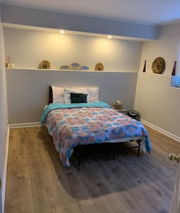 Private Modern Bed/Bath 1 mi from NW-Mchenry hosp.