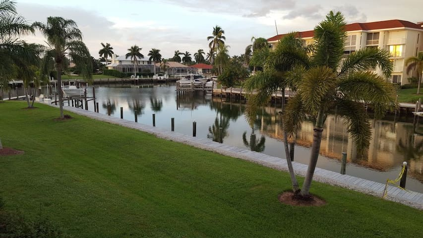 Waterfront  Condo Within Walking Distance To Beach