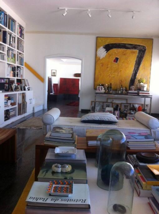Sala de estar e de jantar ao fundo