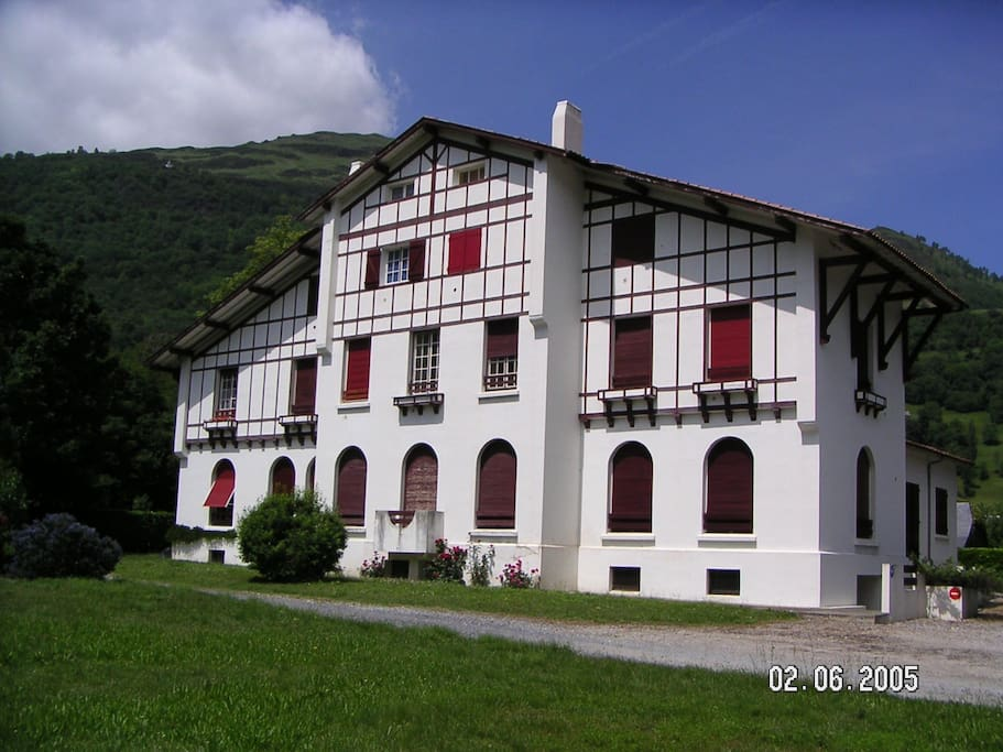 Vue de la résidence basque quand on rentre dans la résidence