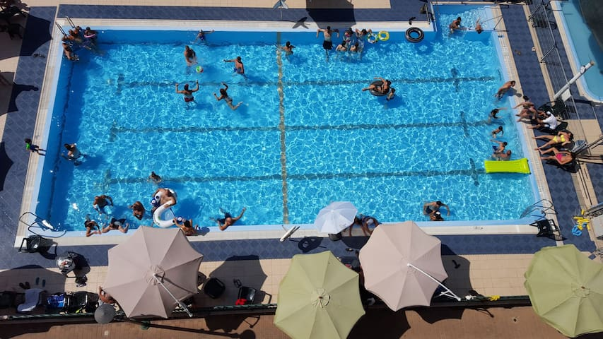 Gorgeous apt, private pool & gym, 20 min from TLV