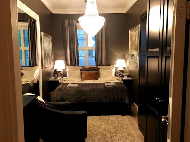 Soverom 1 med 180x200 cm seng, dobbeldyne, hotellputer, klesskap, hårføner, strykebrett og strykejern.  Babyseng med alt utstyr kan settes opp ved behov.