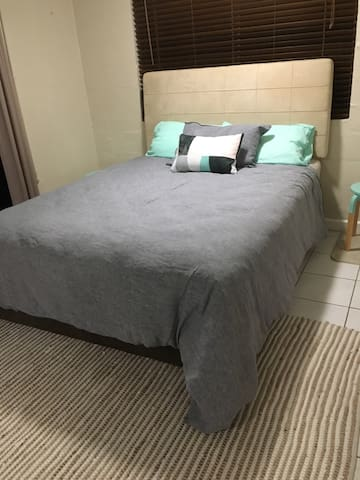 XL private room with ensuite close to the airport - Anula