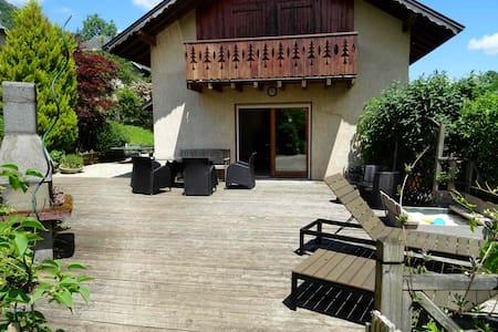 Belle maison au calme village proche de Chambery - Huis