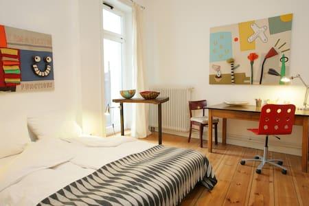 Quiet, creative room in artist home - Hamburg - Apartment