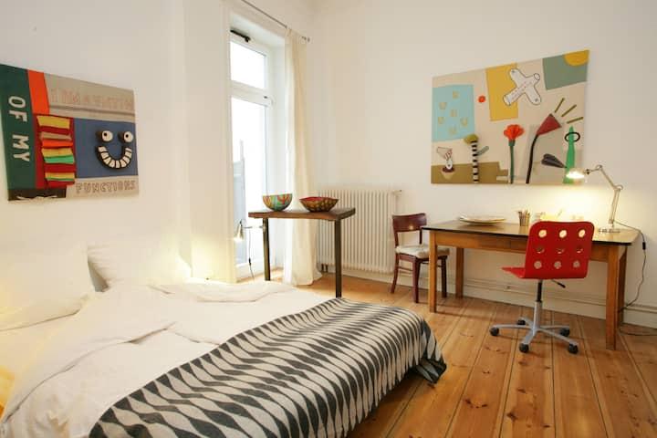 Quiet, creative room in artist home
