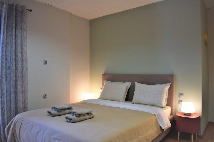 Double bed,stylish,1st floor apartment-OAKA