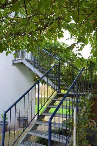 Der Zugang zur Wohnung erfolgt über eine Gittertreppe.