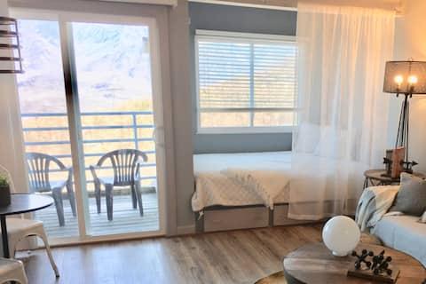 Smoky, Rustic and Relaxing Studio Views Pools Wifi