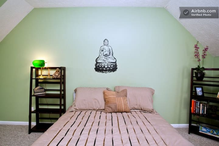 110: Quiet and Serene Buddha Room/ priv Bath - Savannah - House