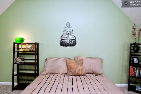 110: Quiet and Serene Buddha Room/ priv Bath - Savannah - Hús