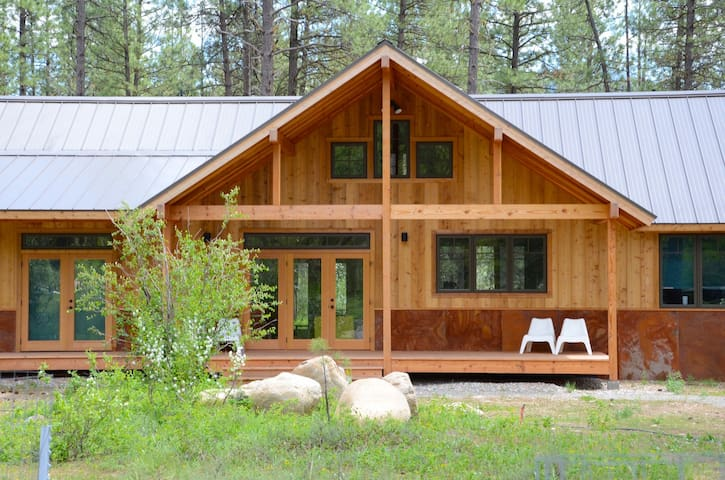 New Mazama Home-Sleeps 8, Short Walk to Ski trail!