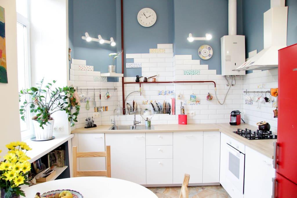 Светлая и очень уютная кухня.