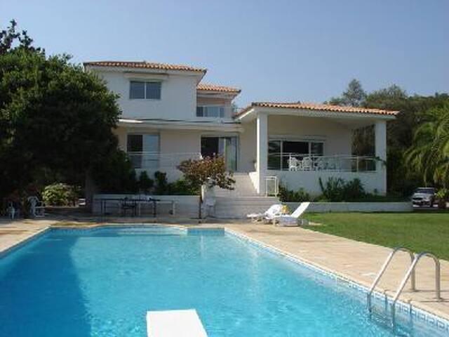 Grande villa au calme vue mer, proche centre ville - Ajaccio - Villa
