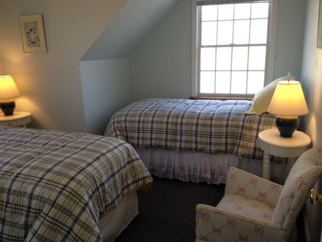 upstairs bedroom twin beds
