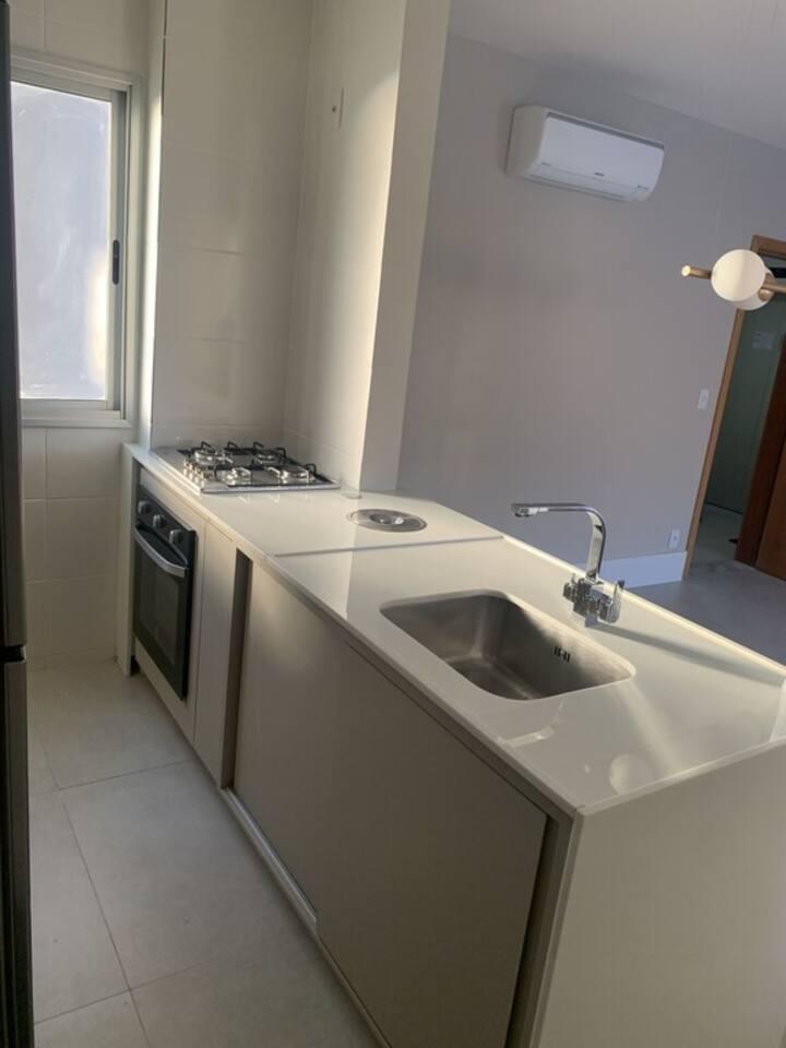 Apartamento todo reformado c/ ar condicionado
