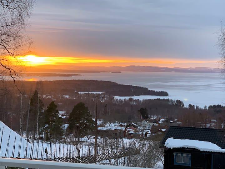 Charmig stuga med panoramautsikt över sjön Siljan.