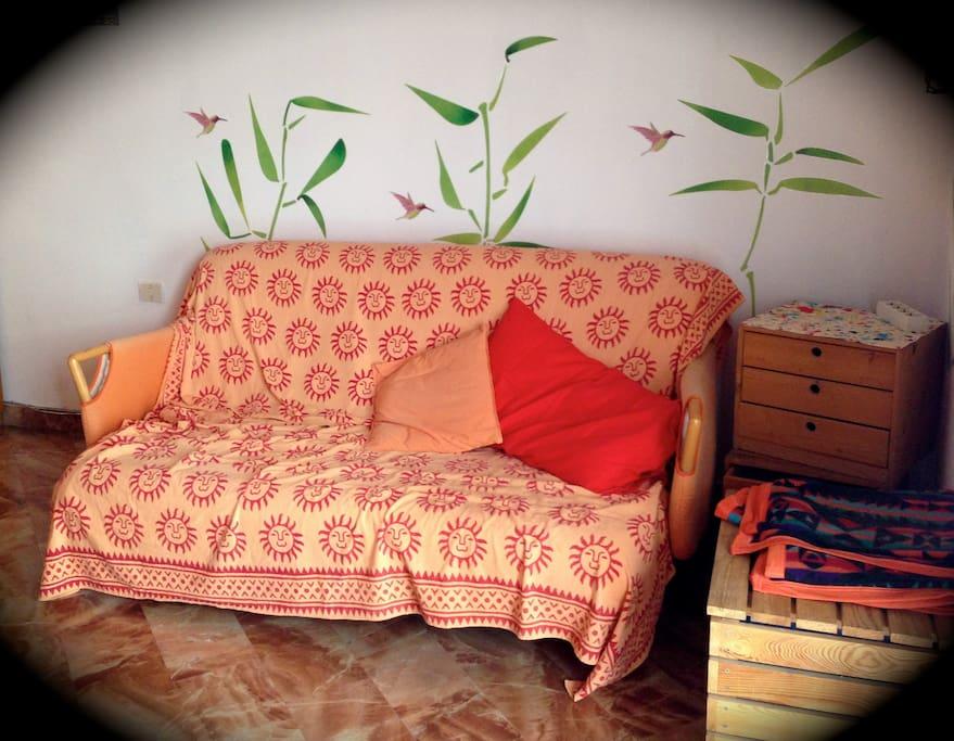 La stanza per gli ospiti, con un divano letto.-
