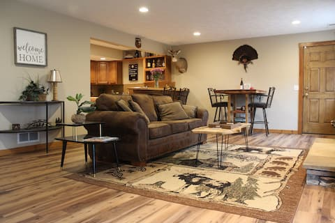 🌲Red Flannel Suite -  🐾 Friendly w/ Patio & 🔥Pit!