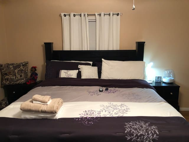 King Bed w/Ensuite Room