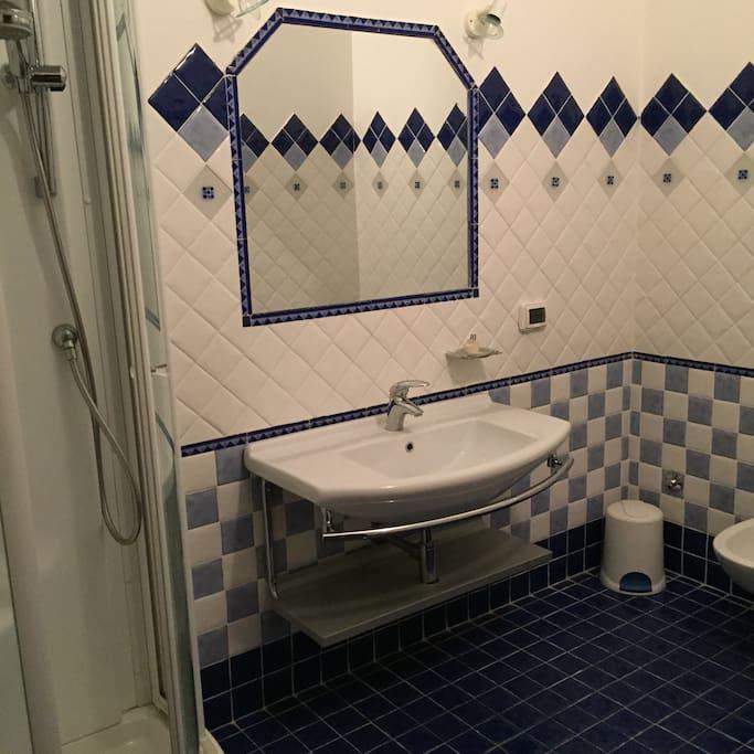 Bagno in camera con box doccia idromassaggio