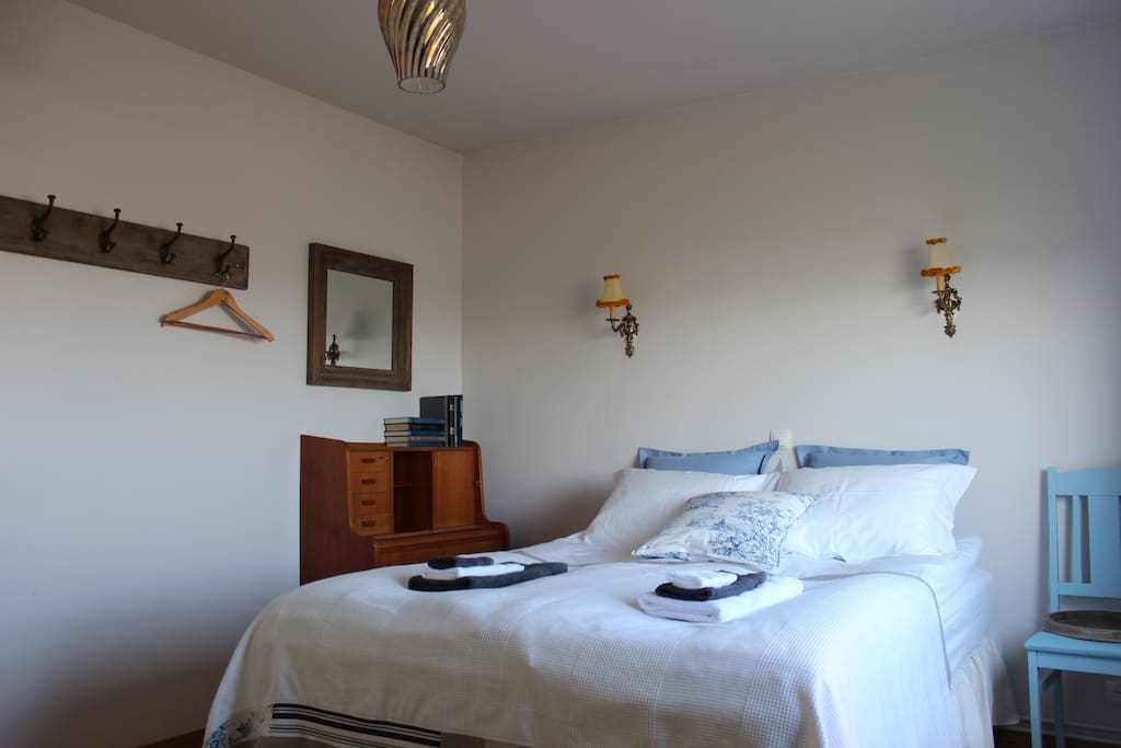 Triple room, healthy mattresses and deluxe duvets. Room for extra mattress on the floor.