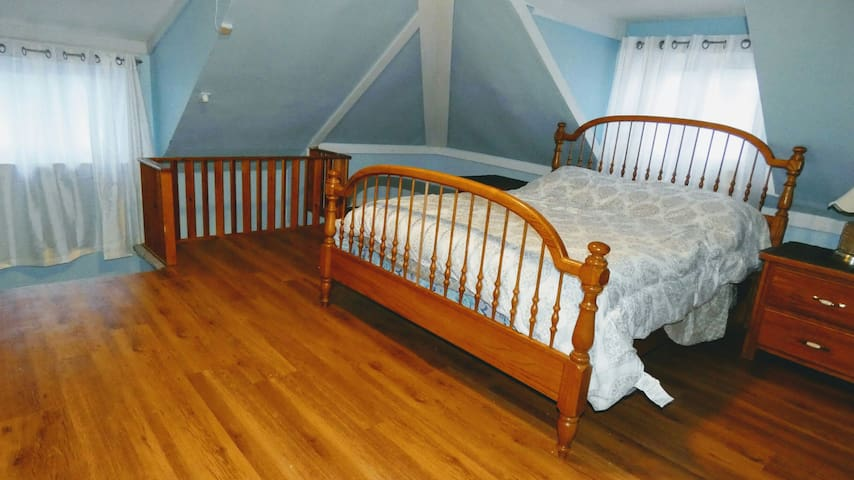 Charming Private Loft with Double Bed-Non smoking