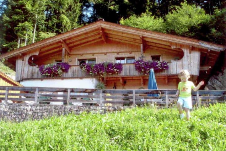 Lussuosa casa in stile chalet con soffitti alti, sacco di legno, ampio balcone.