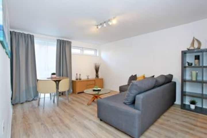 Cosy CTRL Flat. Approx 5mins to all Links. WiFi