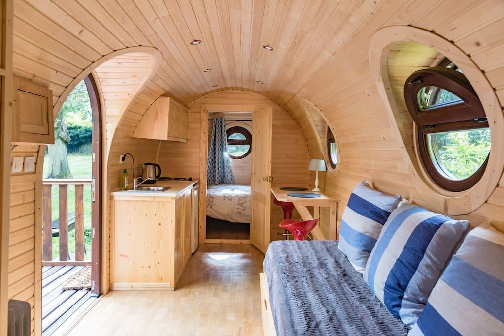 intérieur en bois cosy avec tout le confort. TV, lit 160x200, cuisine équipée.