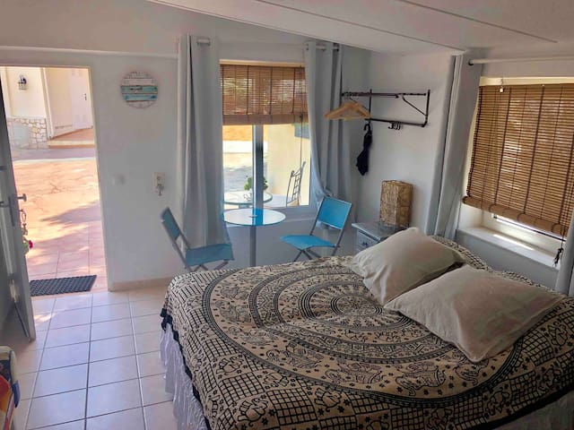 Room with private entrance, Wifi, toilet, pool.