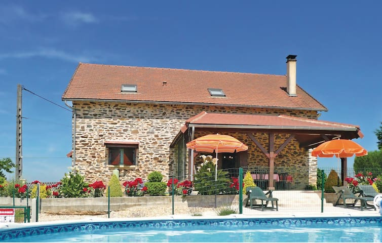 Holiday cottage with 3 bedrooms on 110 m² in Payzac