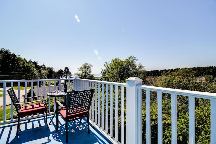 Peaceful, cute oceanview retreat near dining & golf - perfect for couples!