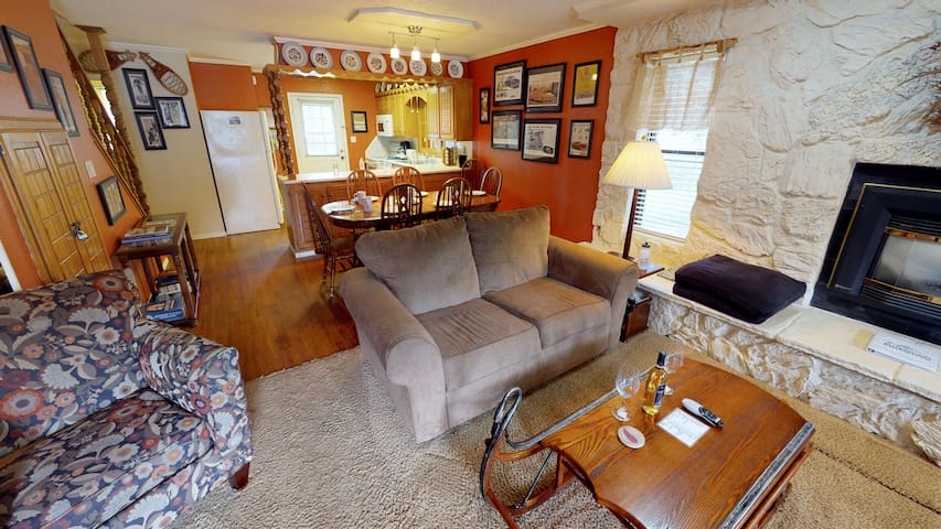 Claim Jumper Townhouse #12 - Corner Unit on the River, Next to Ponds, Ski In/Out, WiFi, Washer/Dryer