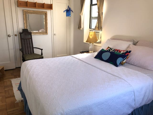 Convenient Manhattan room, 2 minutes from train!