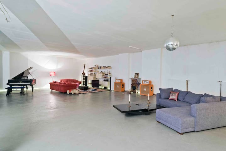 25m2 private room in 400m2 Loft - 8 min walk2 HBF