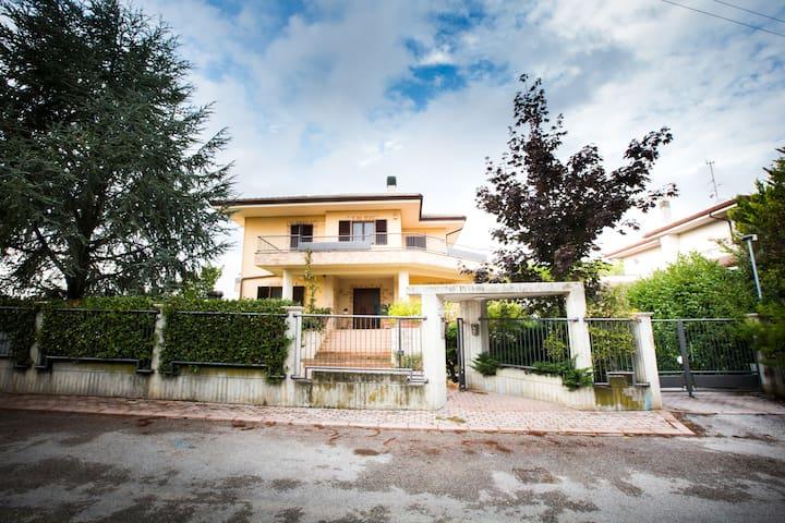 B&B Casa Ciarpella - Camera Doppia2 - Montegranaro - 家庭式旅館