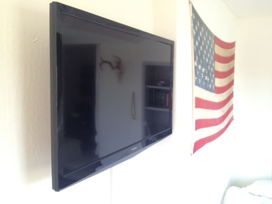 40 inch flat screen plasma TV w deluxe cable package
