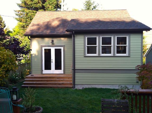 Seattle Backyard Cottage-Queen Anne - Seattle - House
