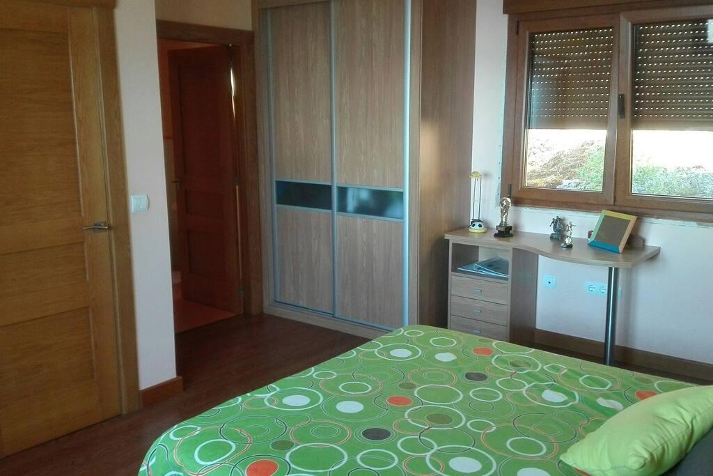 El armario y la puerta de acceso al baño.
