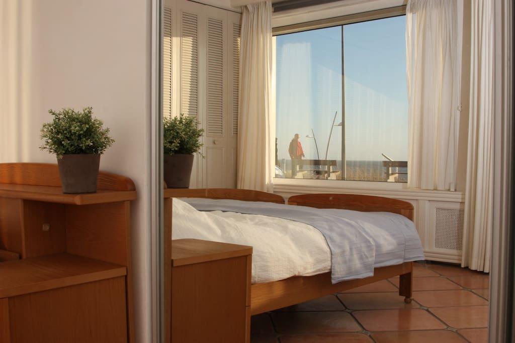 U kunt vanuit slaapkamer het strand en de zee bewonderen en de ondergaande zon aanschouwen.