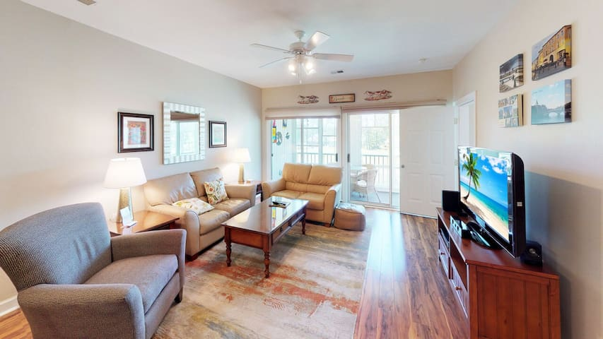 Top Floor Condo with Screened Porch. Free WiFi, & Pools! < 1.5 mi to Beach!