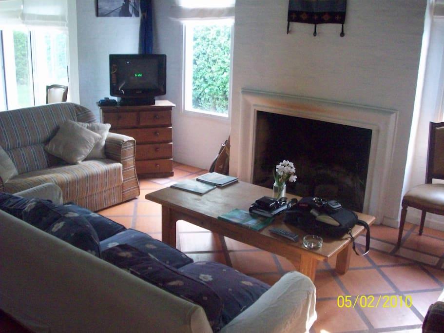 Calido livingroom con una buena chimenea para pasar gratos momentos