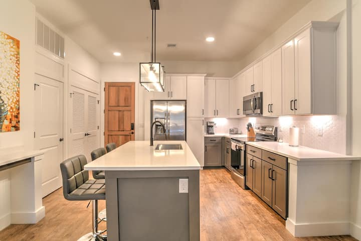 New luxury condo in heart of downtown Asheville~55 South Market #206