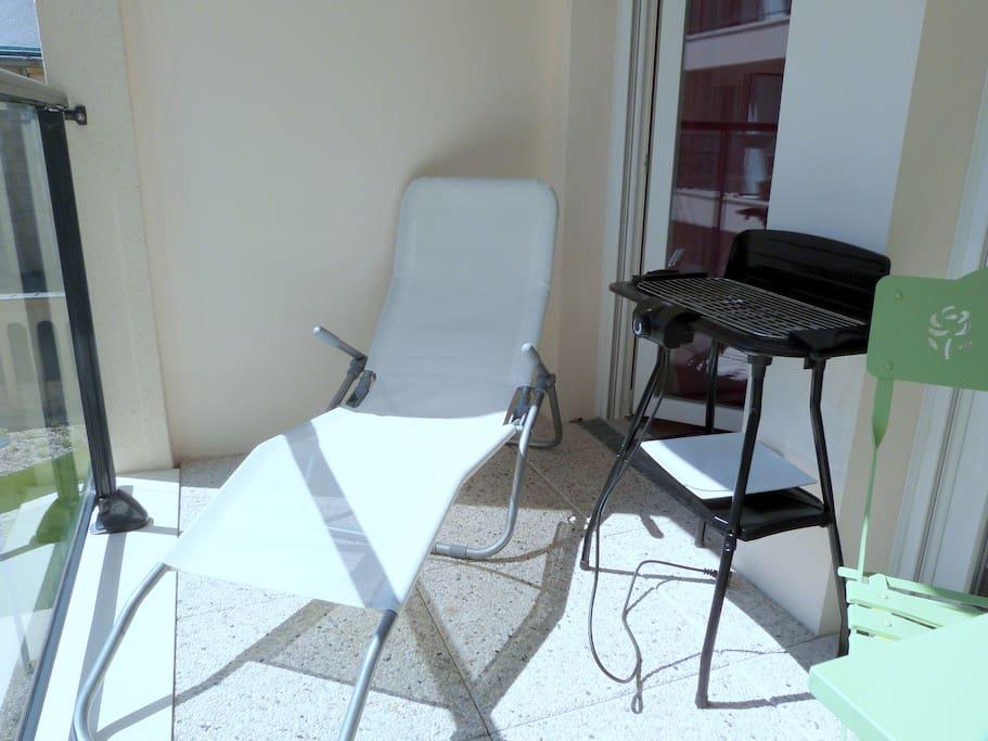 Deuxième partie du balcon avec barbecue et bain de soleil