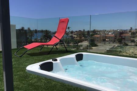 Bran new modern 2 bedroom appt 2 min walk to beach