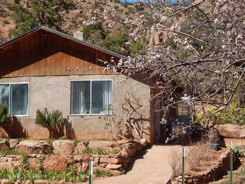 Cliffrose Cottage in Secluded Canyon