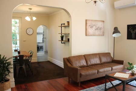 Easy Melbourne Holiday at the Camberwell Cottage - Camberwell - House