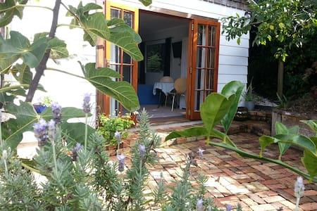 The Garden Room Titirangi Village - Zomerhuis/Cottage