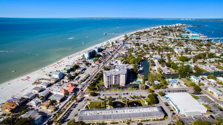COZY UNIT FOR 4, POOL, 1 MILE TO THE BEACH